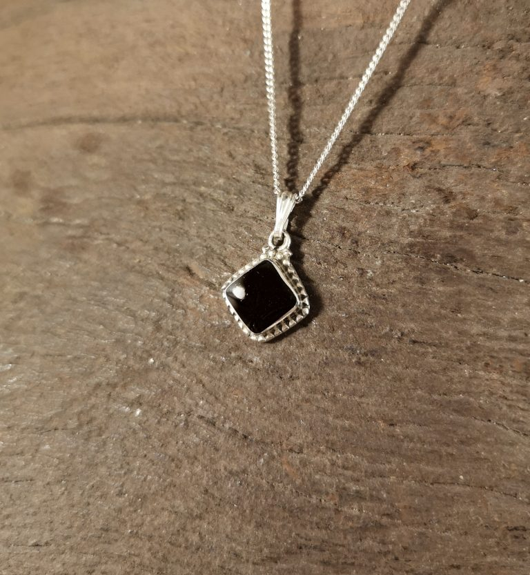 Rope-edge diamond pendant