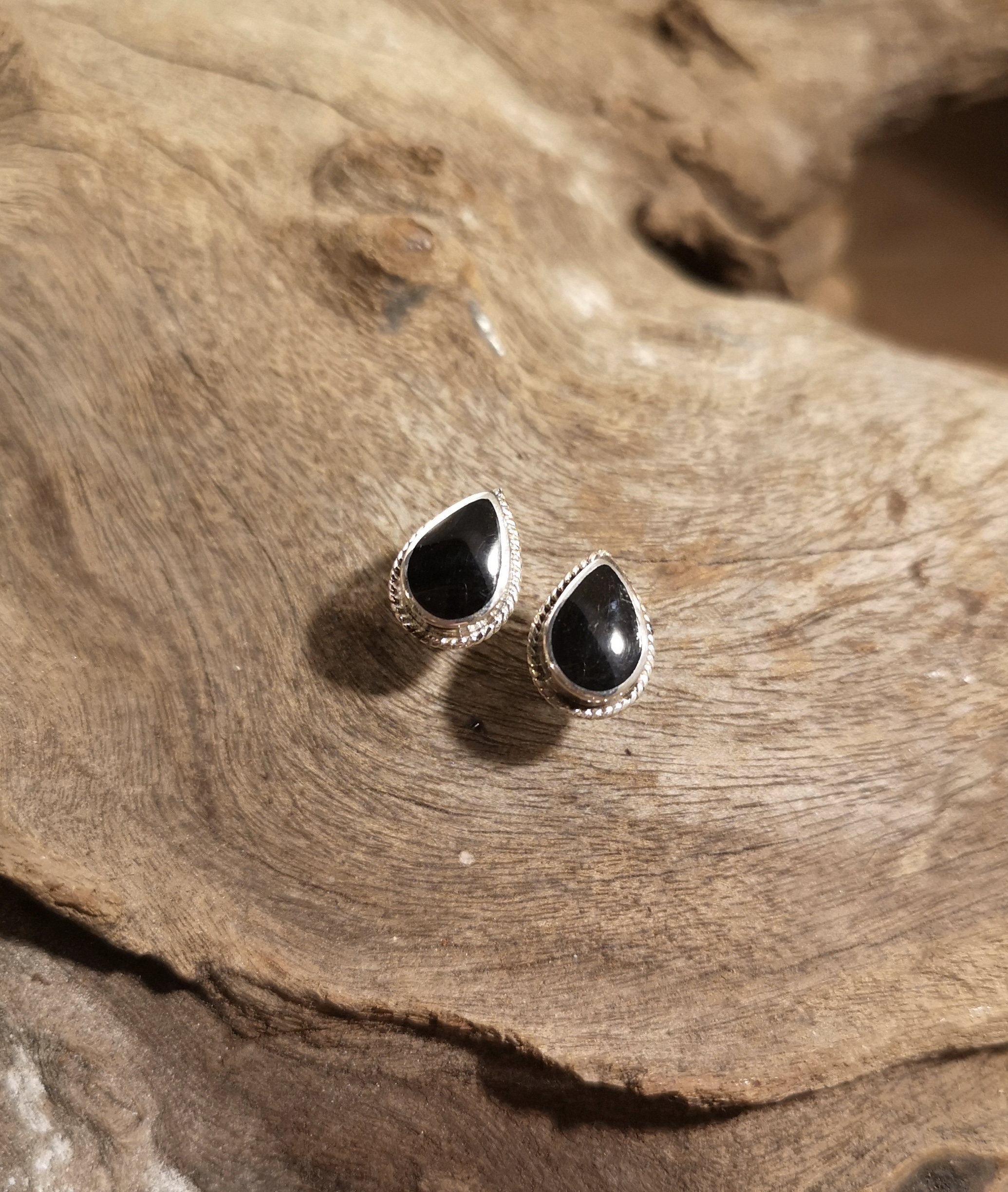 Medium rope-edge teardrop studs