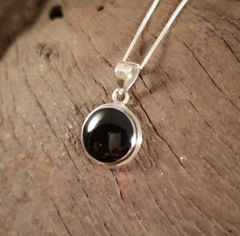 Medium classic round pendant